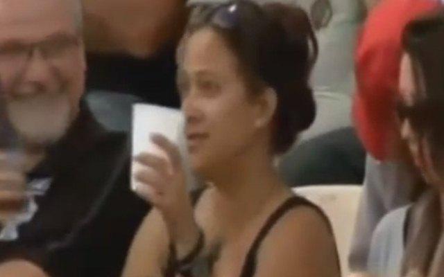 5 मौके जब महिला प्रशंसको ने क्रिकेट मैदान पर कैमरे के सामने किया कुछ ऐसा जो था काफी शर्मनाक 1