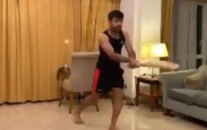राशिद खान ने अपनाया स्टीव स्मिथ का बल्लेबाजी स्टाइल, देखें वीडियो 1