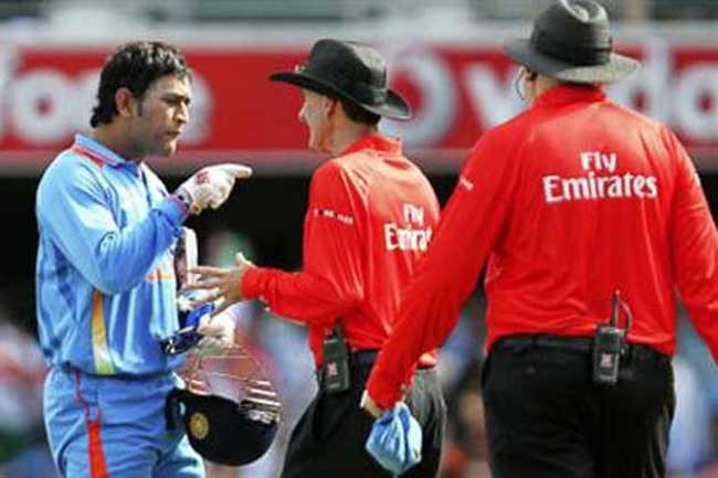 5 मौके जब कूल कप्तान महेंद्र सिंह धोनी को मैदान पर आया गुस्सा 9