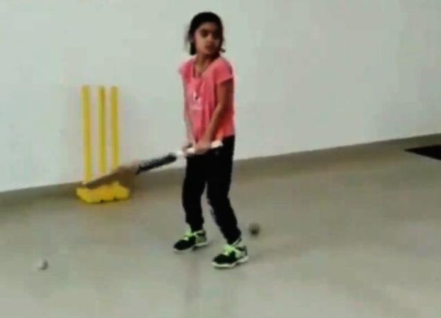 VIDEO: 7 साल की ये बच्ची खेलती है धोनी की तरह हैलीकॉप्टर शॉट, देखकर रह जाएंगे हैरान 1