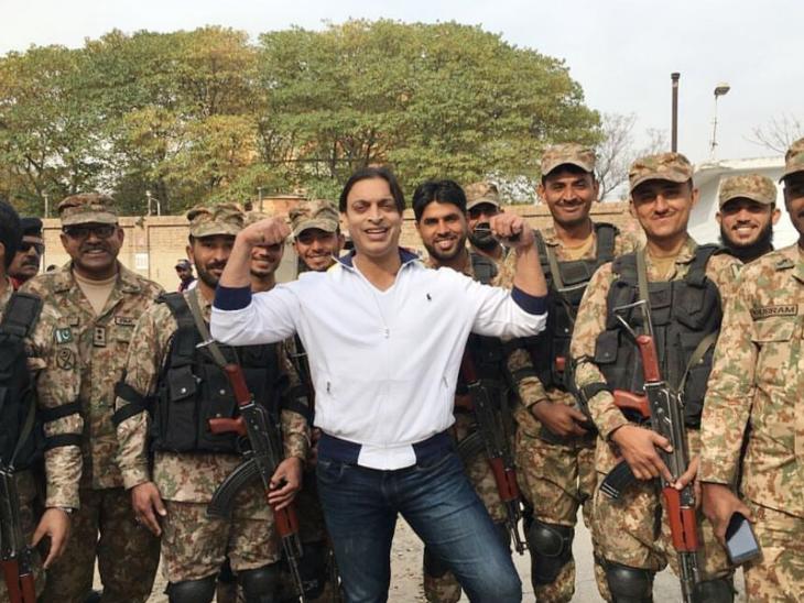 शोएब अख्तर ने कहा हम घास खा लेंगे, लेकिन पाकिस्तानी सेना का बजट बढ़ाएंगे 1