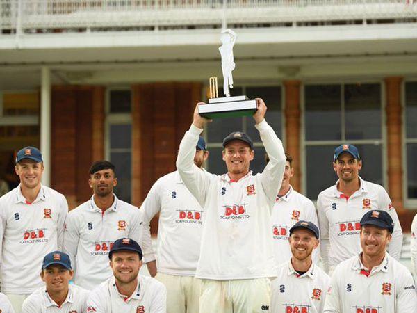 जीत के जश्न के दौरान मुस्लिम क्रिकेटर पर डाल दी बियर, क्रिकेट जगत में मच गया बवाल 1