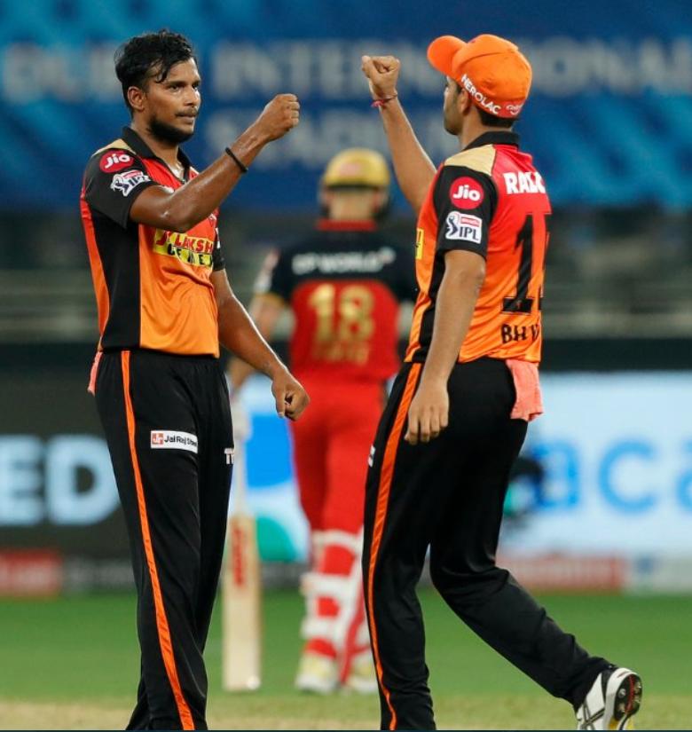 SRHvRCB: इस युवा गेंदबाज ने लिया विराट कोहली का विकेट, 14 रन बनाकर हुए आउट, देखें वीडियो 2