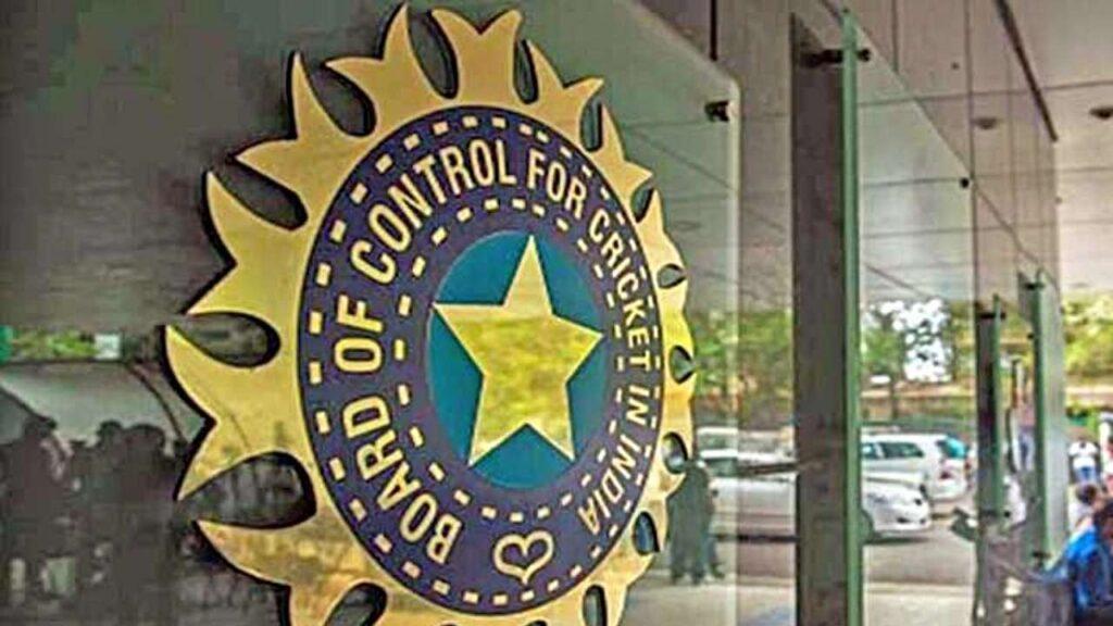 भारतीय टीम के तेज गेंदबाज जसप्रीत बुमराह ने कार्तिक त्यागी को सिखाई गेंदबाजी, देखें फोटोज 2