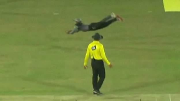 WATCH: हवा में उड़ते हुए पाकिस्तान के इस खिलाड़ी ने पकड़ा कैच, आईसीसी ने भी की तारीफ, देखें वीडियो 13