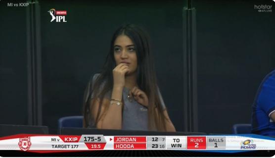 आईपीएल 2020- मुंबई इंडियंस और किंग्स इलेवन पंजाब के मैच में दिखी मिस्ट्री गर्ल, जानिए कौन है ये खुबसुरत हसीना 15