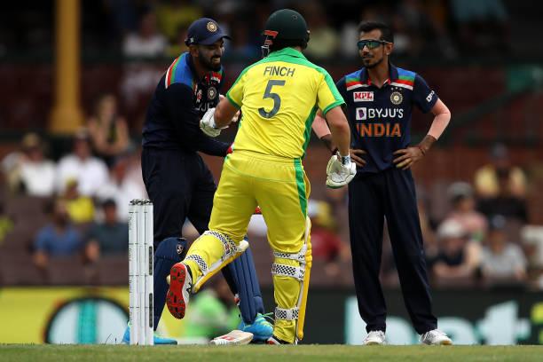 AUSvsIND: दूसरे वनडे के दौरान आरोन फिंच के साथ मस्ती करते दिखे केएल राहुल, देखें वीडियो 3