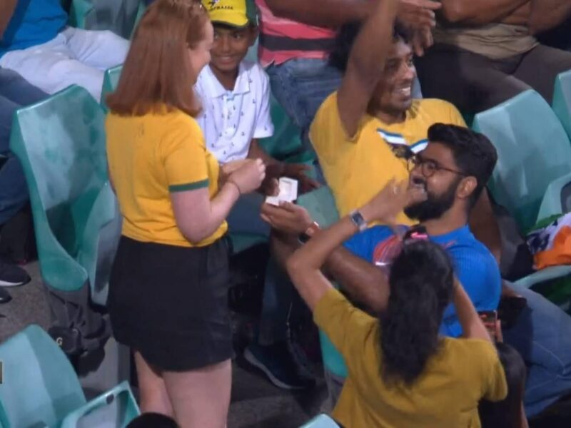 AUSvsIND: दूसरे वनडे मैच के दौरान एक भारतीय युवा ने इस अंदाज में किया प्रपोज, देखें वीडियो 4