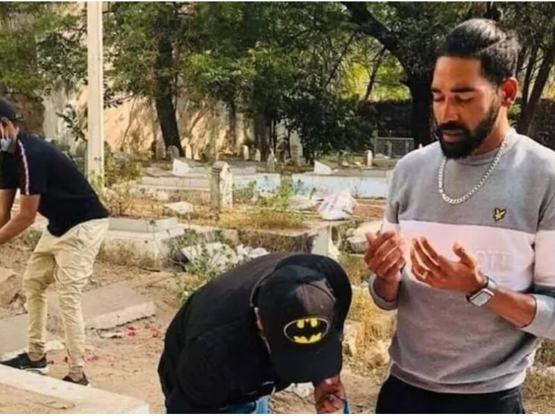 एयरपोर्ट से सीधे पिता की कब्र पर पहुंचे मोहम्मद सिराज, नम आंखों से दी श्रद्धांजलि 7