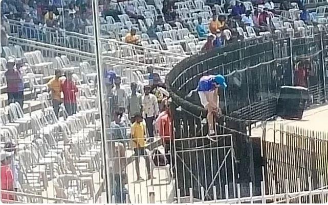 IND vs ENG : सिक्योरिटी ब्रिज तोड़ चेन्नई के चेपक मैदान पर खिलाड़ियों से मिलने घुसा युवक, पुलिस ने पकड़ा 4