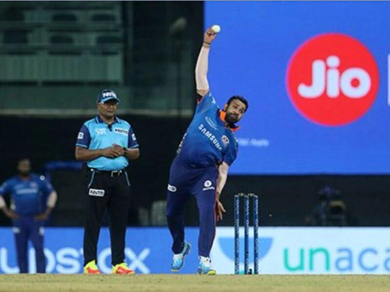 WATCH : गेंद डालने से पहले ही चोटिल हो कर ज़मीन पर बैठे रोहित शर्मा, देखें वीडियो 6