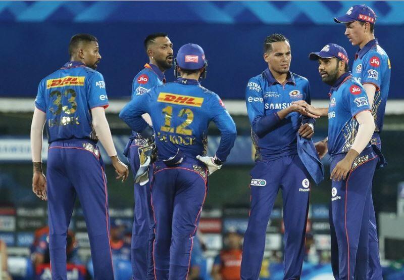 MIvsKKR : मुंबई इंडियंस की जीत के बावजूद इस खिलाड़ी पर भड़के फैंस, प्लेइंग 11 से बाहर करने की उठाई मांग 15