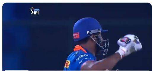 WATCH : पोलार्ड के हेलमेट पर लग कर बाउंड्री में गई गेंद, फिर जो हुआ देख नहीं रुकेगी हंसी 4