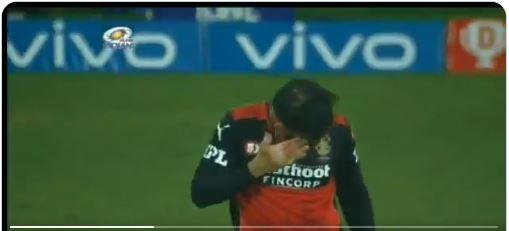 WATCH : पहले मैच के दौरान बड़े हादसे का शिकार होने से बचे कप्तान कोहली, फिर भी नहीं छोड़ा मैदान डंटकर किया सामना 9