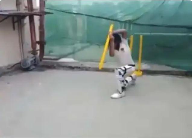 स्टंप के जरिये क्रिकेट के सभी शॉट खेलते हुए बच्चे का वीडियो वायरल, फैंस भी देखकर दंग 1
