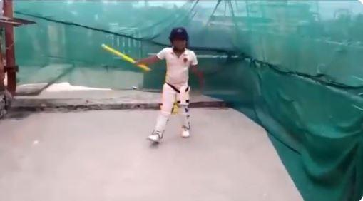 स्टंप के जरिये क्रिकेट के सभी शॉट खेलते हुए बच्चे का वीडियो वायरल, फैंस भी देखकर दंग 2