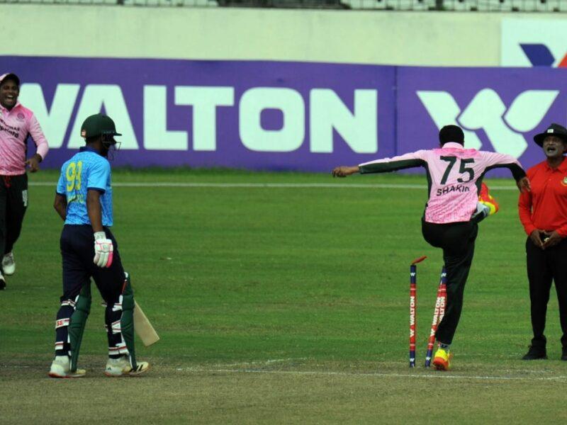 वीडियो : ढाका प्रीमियर लीग में शाकिब अल हसन ने तोड़े स्टंप, अंपायर से की बदतमीजी 16