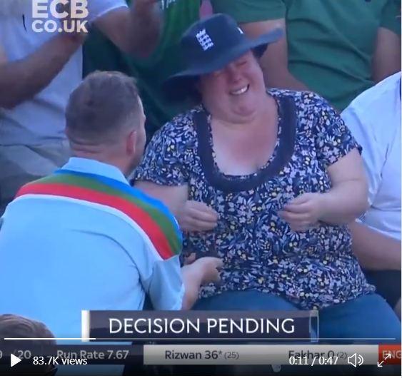लाइव मैच के दौरान शख्स ने किया प्रपोज, कैमरे के सामने ही रोने लगी लड़की 6