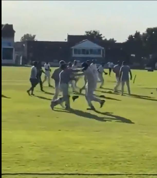 पाकिस्तानी की चैरिटी मैच में खिलाड़ियों ने बैट से एक-दूसरे को पीटा, महिलाओं ने दिखाई बहादुरी, देखें वीडियो! 2