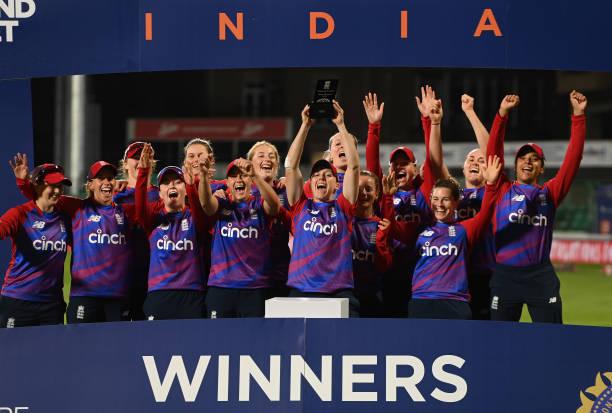 इंग्लैंड ने भारतीय महिला टीम को हरा कर जीता टी20 सीरीज, स्मृति मंधाना ने जीता फैंस का दिल 1