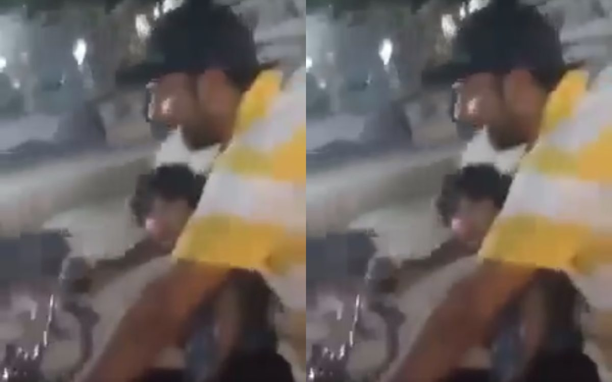 टीम से बाहर किए जाने के बाद सरफराज अहमद के बेटे के सामने ही कुछ लड़को ने सरेआम उड़ाया क्रिकेटर का मजाक, वायरल हो रहा है फनी वीडियो 1