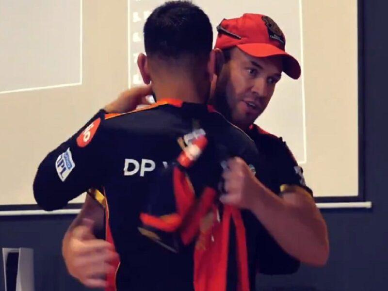 200वें मैच में विराट कोहली को एबी डिविलियर्स ने दिया अनोखा गिफ्ट, भावुक हो कर गले से लिपट गए कप्तान 7
