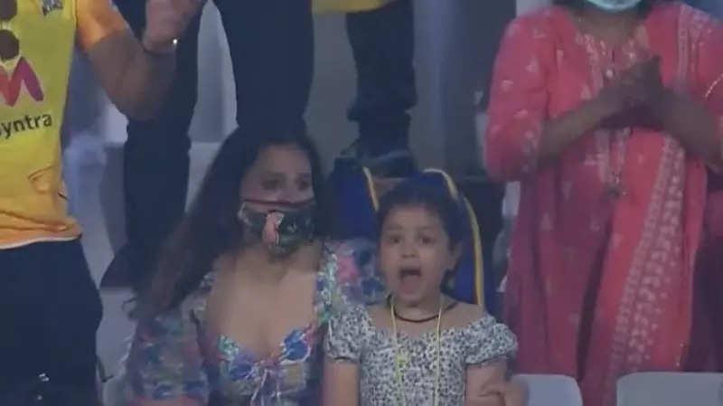 IPL 2021: एमएस धोनी के विनिंग शॉट लगाते ही पत्नी साक्षी और बेटी जीवा ने दिया ऐसा रिएक्शन, देखें वीडियो 1