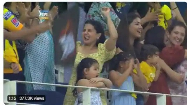 चेन्नई सुपर किंग्स के चौथी आईपीएल ट्रॉफी जीतने के बाद ख़ुशी से डांस करने लगीं साक्षी धोनी, देखें विडियो 11